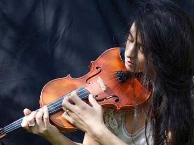 Graziella Schazad spielt Geige